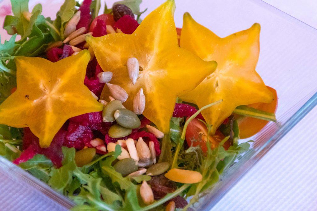 Ensalada de brotes tiernos, frutos secos y carambola por Tasca Sansofé